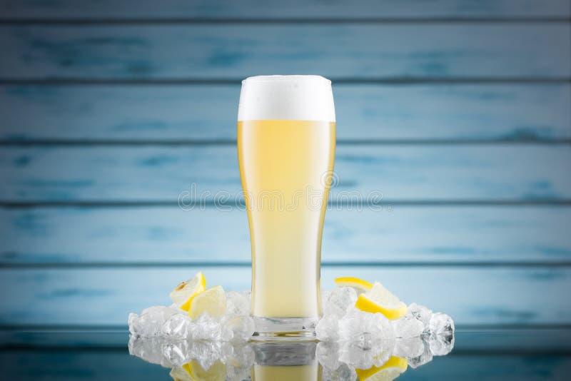 Kaltes Zitronenbier in einem Glas stockbild
