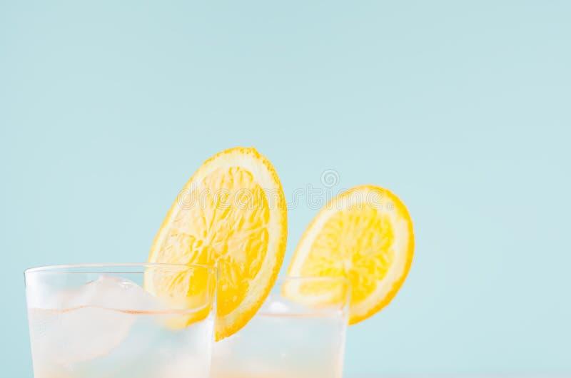 Kaltes Zitrusfruchtgetr?nk mit Orange, Alkohol, Eis in misted Schnapsglas auf gr?nem Hintergrund, Nahaufnahme, Spitze, Rand, Deta lizenzfreie stockfotos