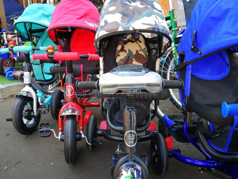 Kaluga Ρωσία 21 04 2019 πωλώντας των πολύ τα ποδήλατα μικρών παιδιών στοκ εικόνα με δικαίωμα ελεύθερης χρήσης
