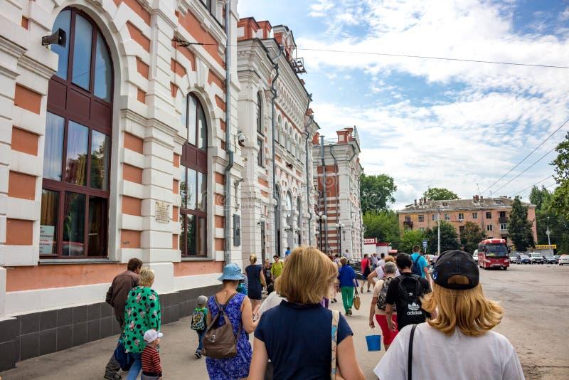 KALUGA, RUSIA - AGOSTO DE 2017: Término del ferrocarril y de autobuses en la ciudad de Kaluga fotografía de archivo libre de regalías