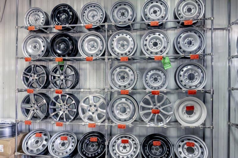 Kaluga, Rusia 08 09 2018: Las ruedas de la máquina para los neumáticos en los recambios hacen compras imagenes de archivo