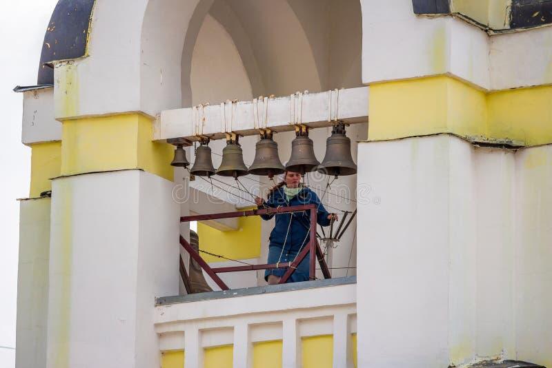 Kaluzhskiy region Rosja, Lipiec, - 2019: Dzwonnik dzwoni dzwony na dzwonkowy wierza rosyjski kościół prawosławny obraz royalty free