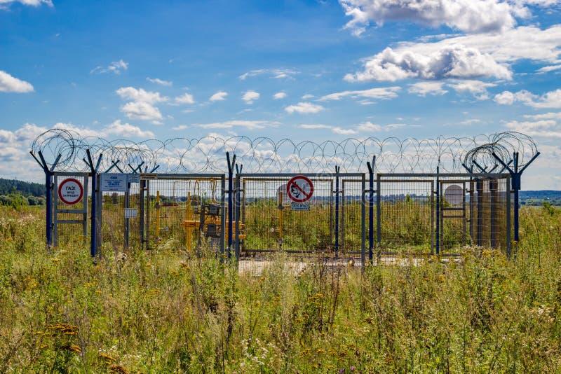 Kaluzhskiy region Rosja, Sierpień, - 2018: Kaluga, Belousovo gazu podstacja w polu - obrazy stock
