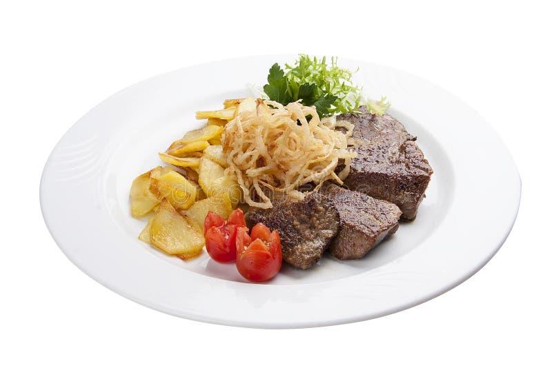 Kalvköttlever med potatisar på en vit platta arkivbild
