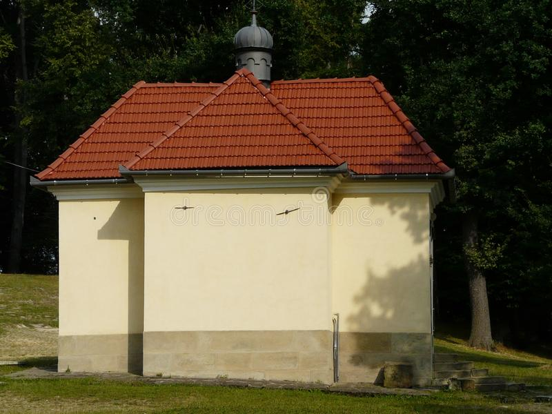 KALWARIA ZEBRZYDOWSKA en av kapellen p? Kalwariaen royaltyfri foto