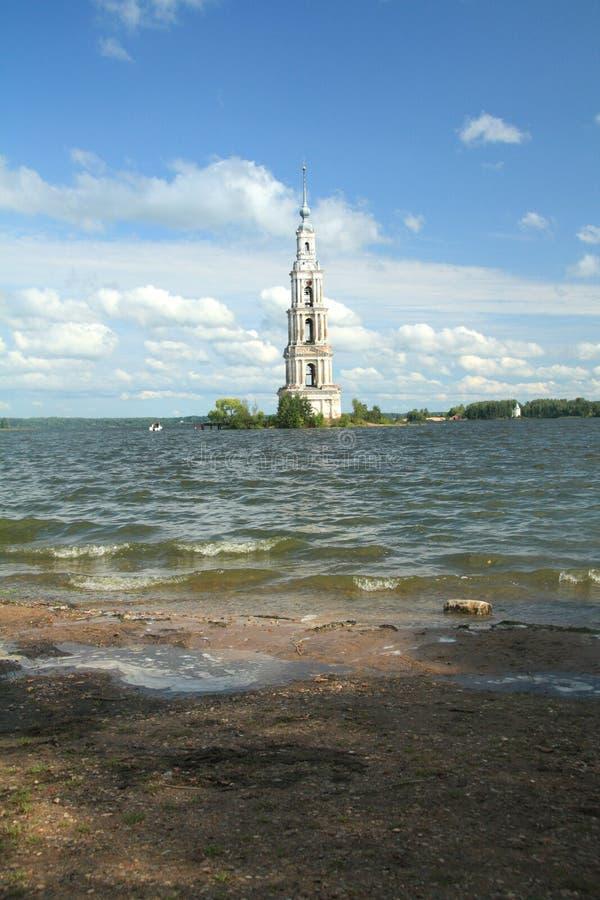 Kalyazin overstroomde Bell Tower op de Volga rivier in Rusland royalty-vrije stock fotografie