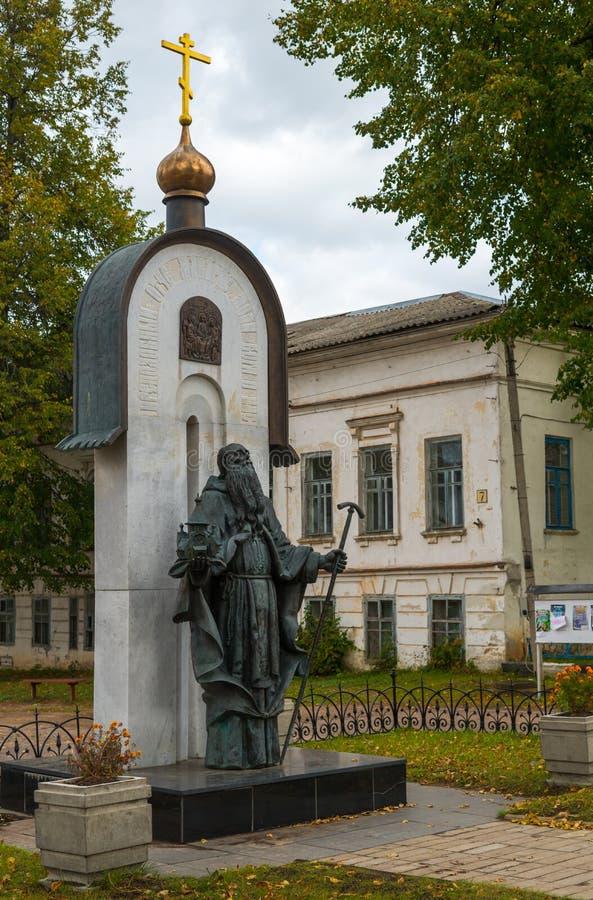 Kalyazin, región de Tver, Rusia, el 20 de septiembre de 2018: Monumento a Makarii ilustre del santo de Kalyazin, fundador de la c imagen de archivo