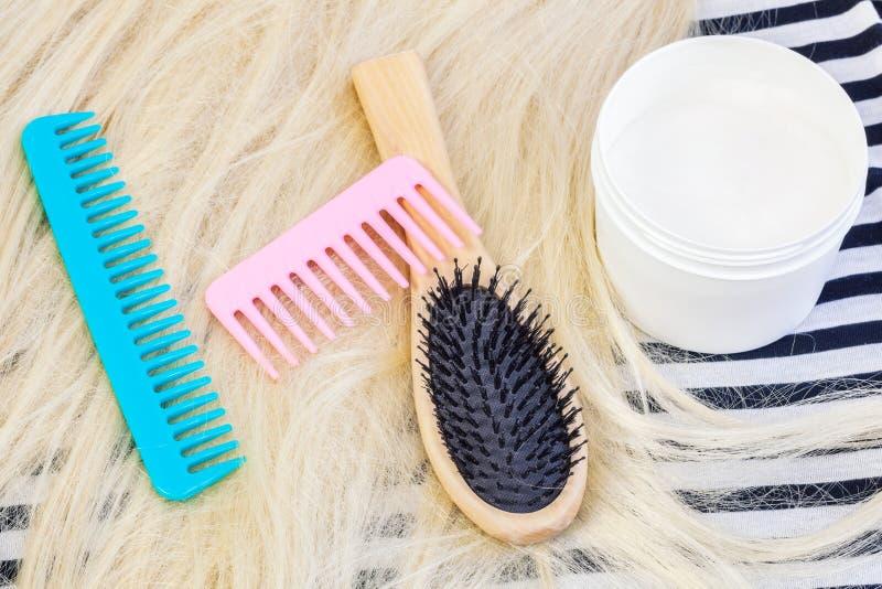 Kam, pruiken en gojiroommasker voor haren Het concept van het haarproduct stock foto