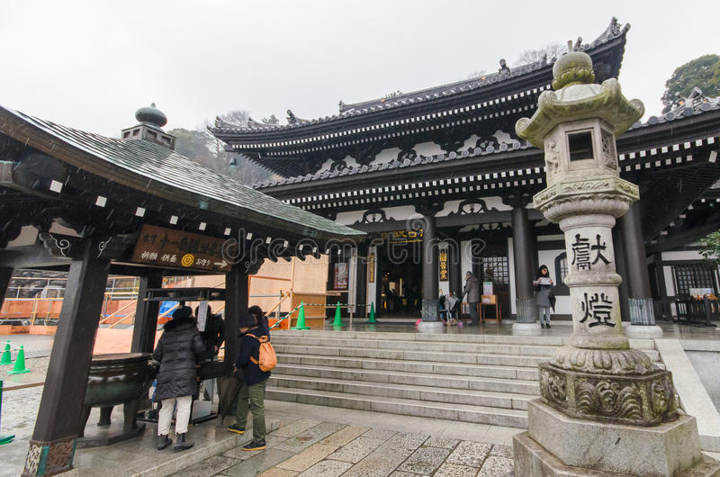 KAMAKURA, JAPAN 29 Januari, 2016: Hase-Deratempel met regen royalty-vrije stock fotografie