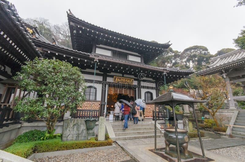 KAMAKURA, JAPONIA Styczeń 29, 2016: Hase-dera świątynia z deszczem zdjęcia royalty free