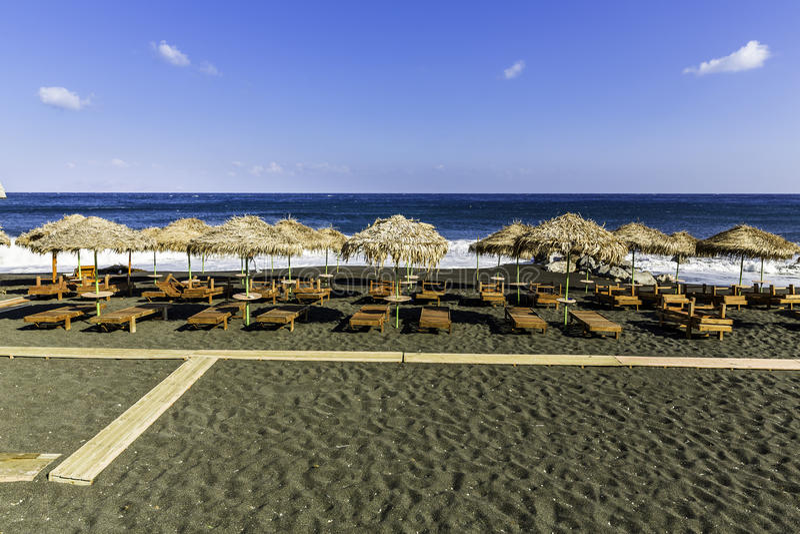 Kamari-Strand, schwarzer Strand, auf Santorini-Insel lizenzfreie stockfotos