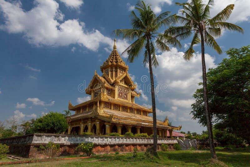 Kambawzathardi guld- slott som göras från trä och målarfärg med guld- färg arkivbild