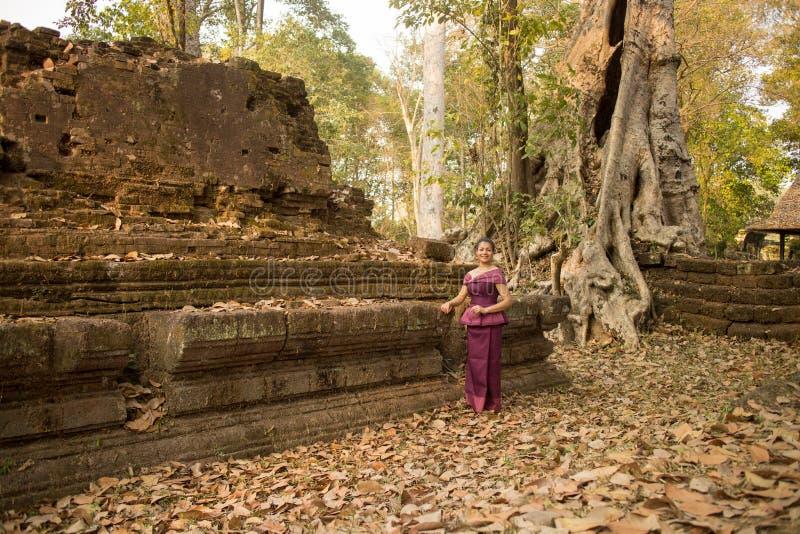 Kambodżańska dziewczyna w Khmer sukni Antycznymi ruinami w Angkor Thom zdjęcie stock