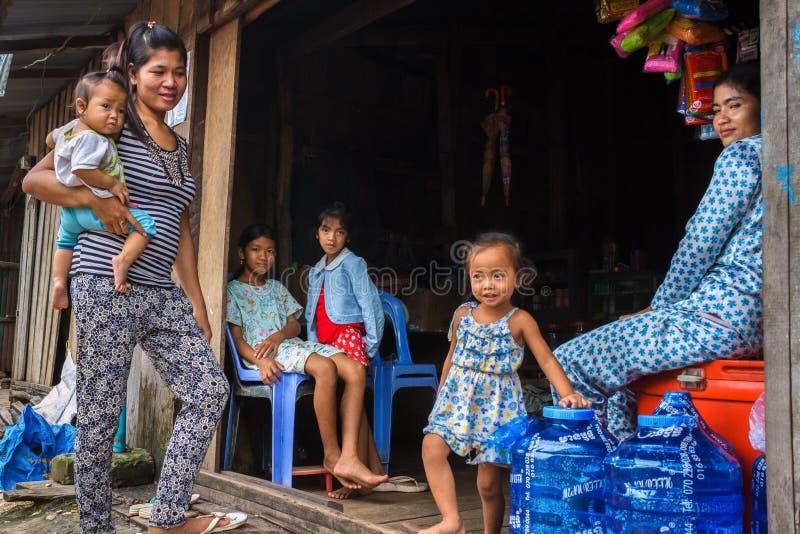 Kambodżańska rodzina przy ich sklepem w wiosce rybackiej zdjęcia royalty free