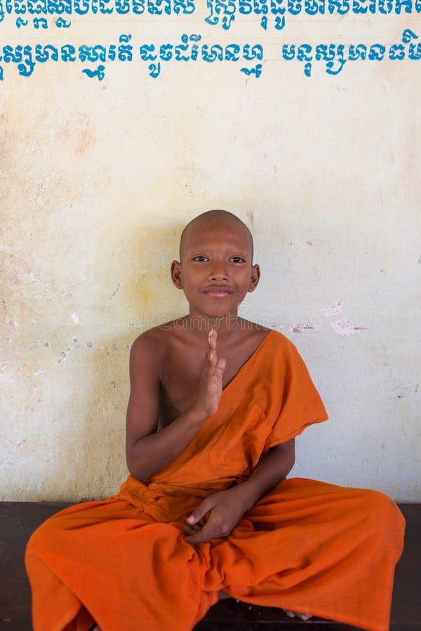 Kambodżański młody mnicha buddyjskiego obsiadanie i medytować, Phnom Penh obrazy stock