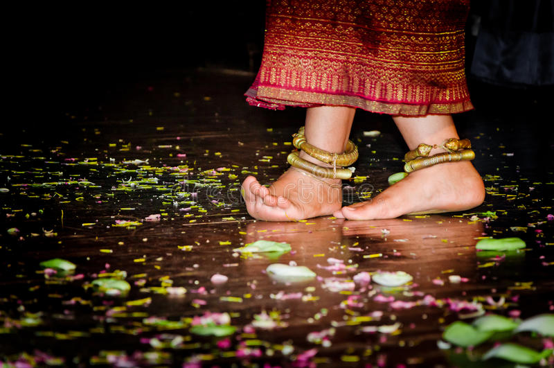 Kambodżańskie dziewczyn ręki, cieki tanczy na drewnianej podłoga i obraz royalty free
