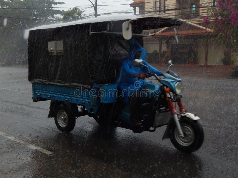 Kambodża deszcz - tuk-tuk zdjęcie royalty free
