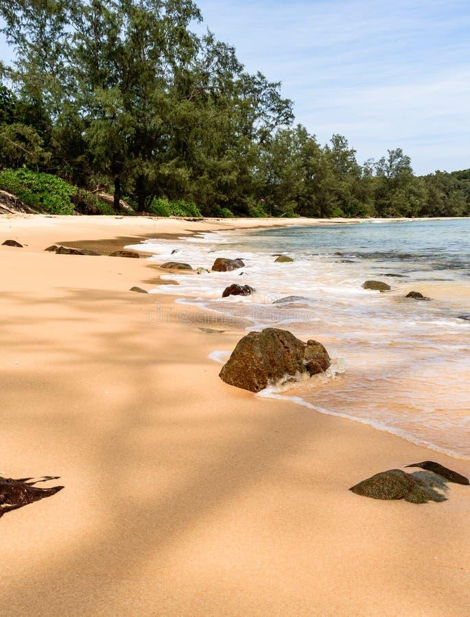 Kambodża laguna, plaża, piasek, woda morska i dżungla, zdjęcie royalty free