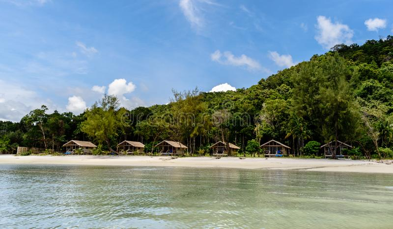 Kambodża widok bungalow wśród drzewek palmowych obrazy stock