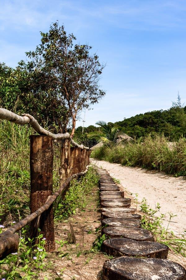 Kambodża wyspa drogowa dżungla, drewniany ogrodzenie zdjęcia royalty free