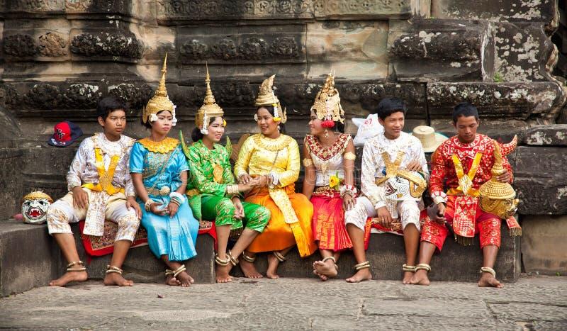 Kambodjaner i nationell klänning poserar för turister, Cambodja arkivfoto