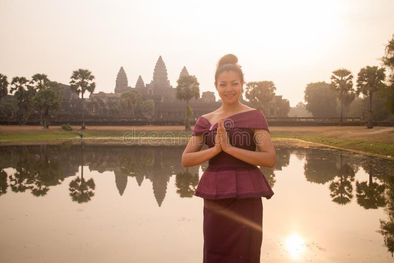 Kambodjansk flicka i en khmerklänning vid vattenpölen på Angkor Wat arkivfoton