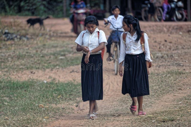 Kambodjanska skolaflickor på banan arkivfoto