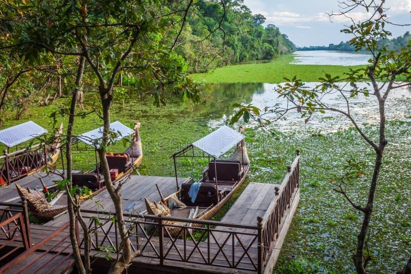 Kambodjanska traditionella fartyg på sjön nära, Bayon tempel i Ang royaltyfria bilder