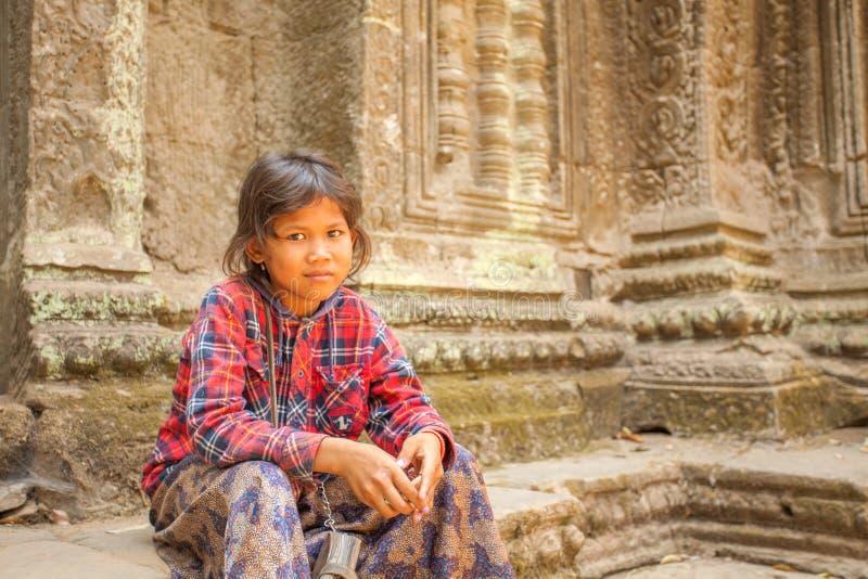 Kambodjanskt barn i den forntida templet för Ta Prohm, Angkor Thom, Siem Reap, Cambodja arkivfoto