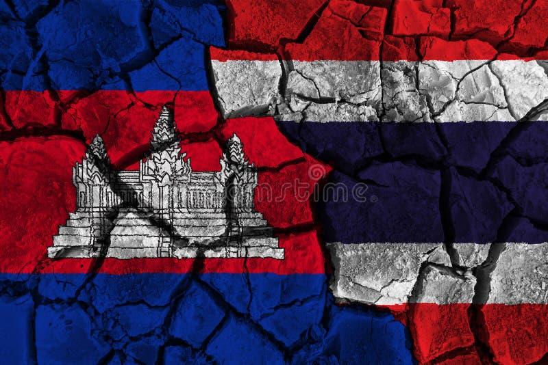Kambodscha GEGEN Thailand-Flaggenmalerei auf gebrochenem Hintergrund Unvereinbarkeits- und Krisenkonzept lizenzfreie stockfotografie