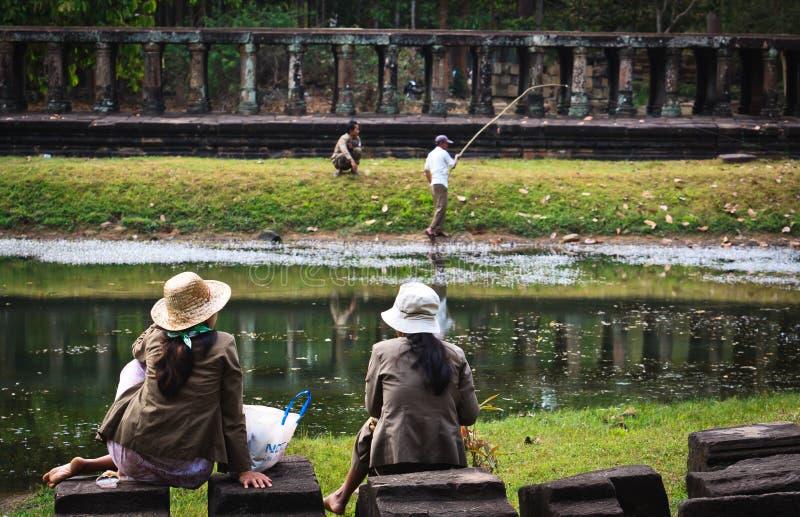 Kambodschanische Frauen überwachen Fischer bei Angkor Wat stockfoto