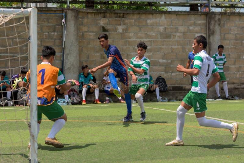 Kambodschanische Fußballspieler in der Aktion, Kampot kambodscha lizenzfreies stockbild
