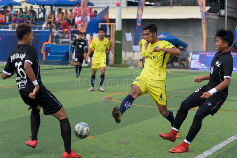 Kambodschanische Fußballspieler in der Aktion, Kampot kambodscha stockfotos