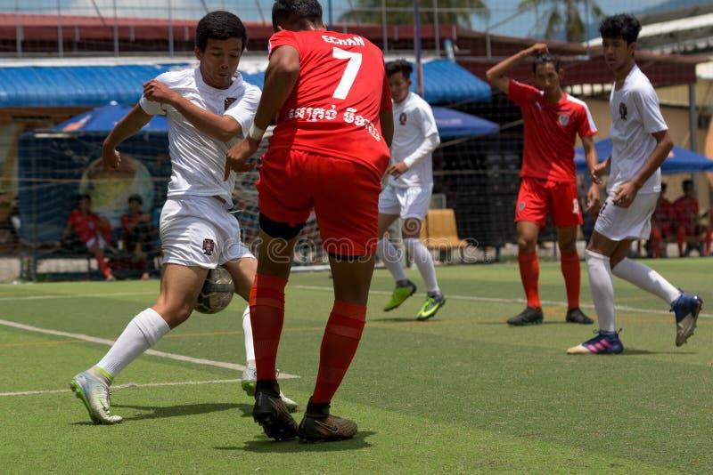 Kambodschanische Fußballspieler in der Aktion, Kampot kambodscha lizenzfreie stockbilder