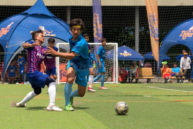 Kambodschanische Fußballspieler in der Aktion, Kampot kambodscha lizenzfreies stockfoto