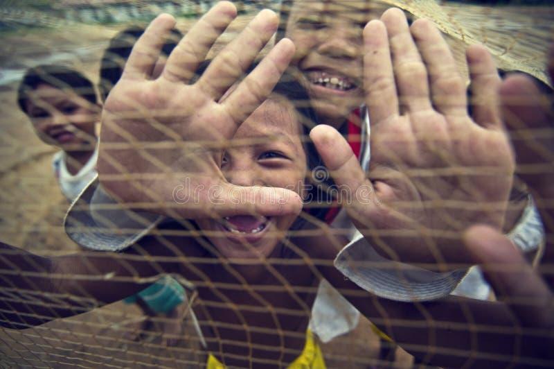 Kambodschanische Kinder, die mit Schleppnetz spielen stockfoto