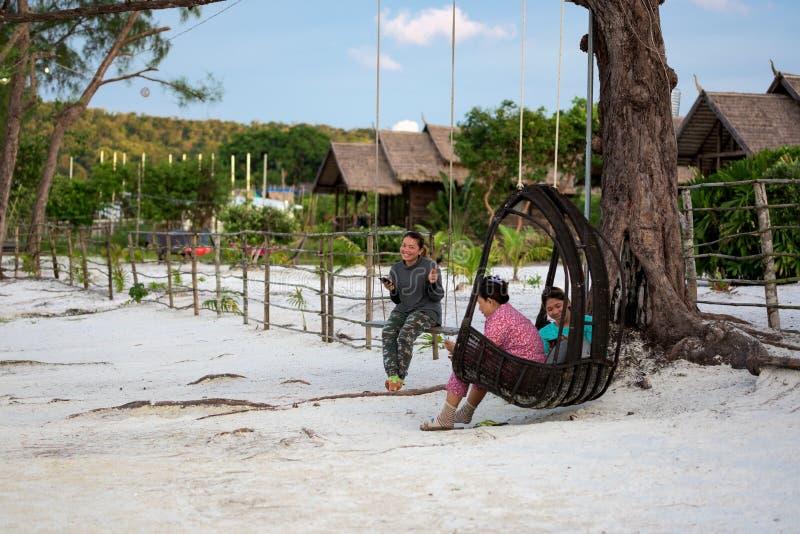Kambodschanische Mädchen, die auf dem Schwingen stationieren, stockfoto
