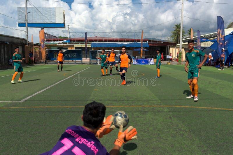 Kambodschanischer Torhüter in versuchendem Fang der Aktion der Ball lizenzfreie stockfotografie