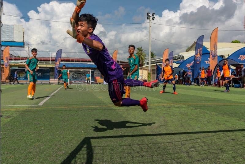 Kambodschanischer Torhüter in versuchender Abwehr der Aktion der Ball stockfotografie