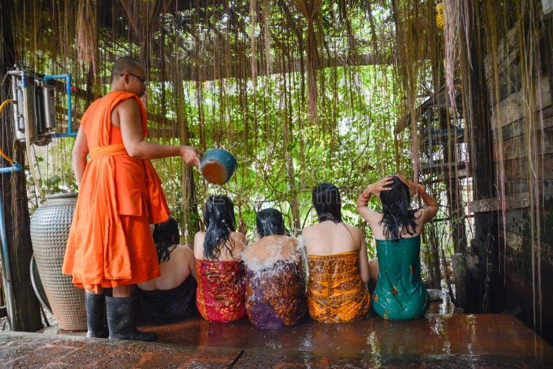 Kambodschanisches buddhistisches Wasser, das Siem Reap segnet stockbilder