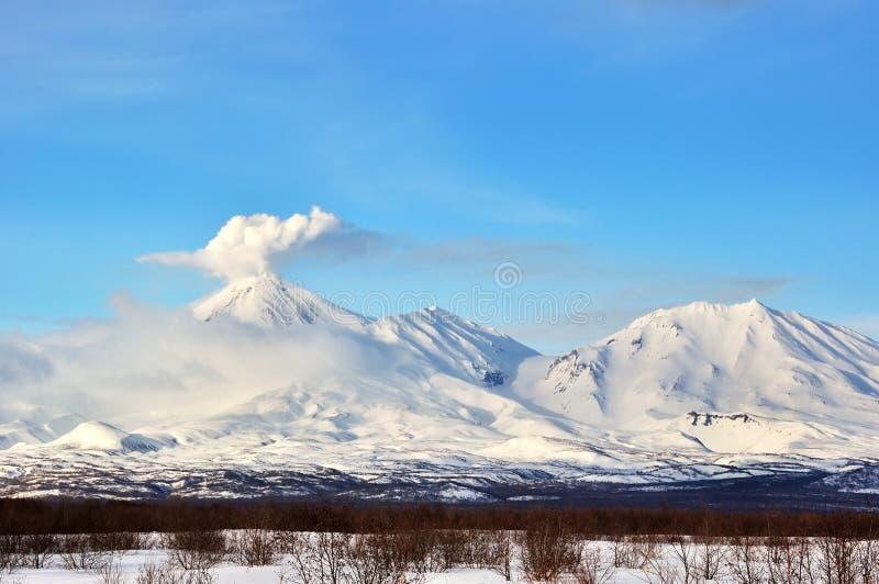 Kamchatka: de wintermening van uitbarstings actieve Vulkaan stock foto