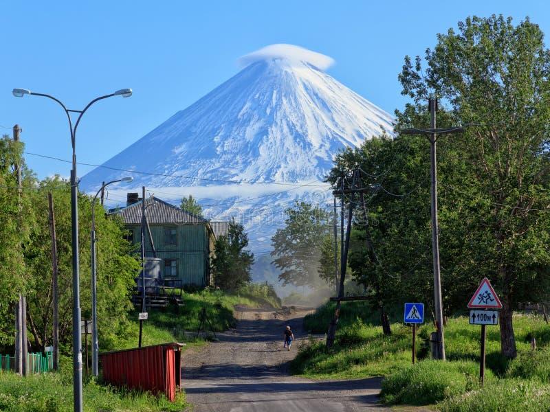 kamchatka Dorp Klyuchi Volcano Klyuchevskoy (4800m) stock foto's