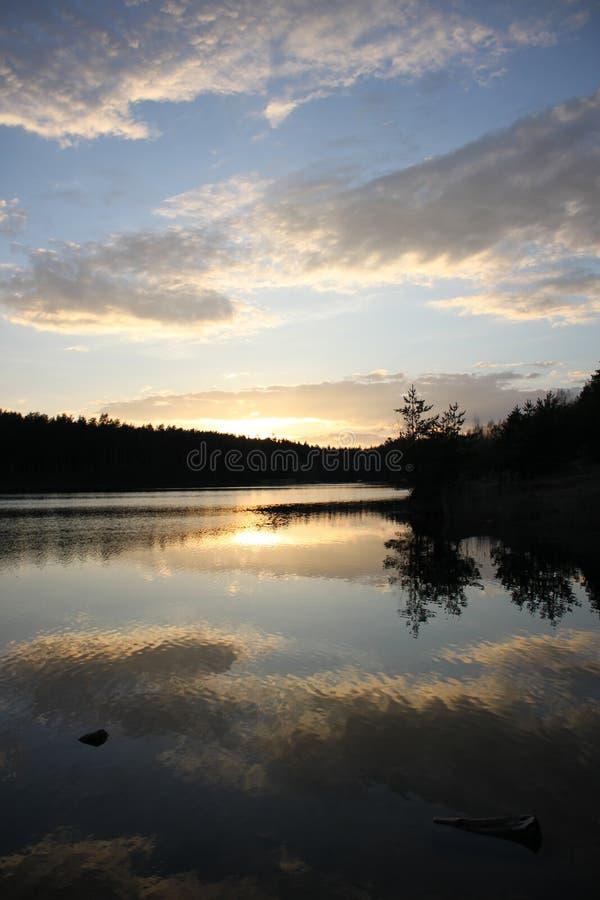kamchatka lake nära den russia solnedgången royaltyfria foton