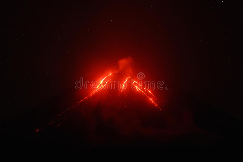 Kamchatka: nachtmening van lavastromen op helling van vulkaan stock afbeelding