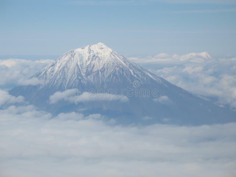 Kamchatka-Vulkan Ansicht in Flugzeugfenster lizenzfreies stockbild