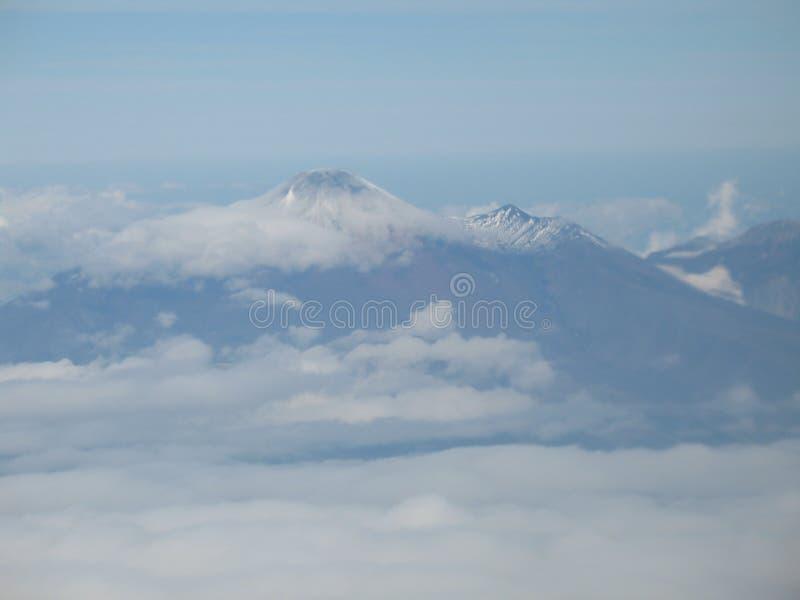 Kamchatka-Vulkan Ansicht in Flugzeugfenster lizenzfreie stockbilder