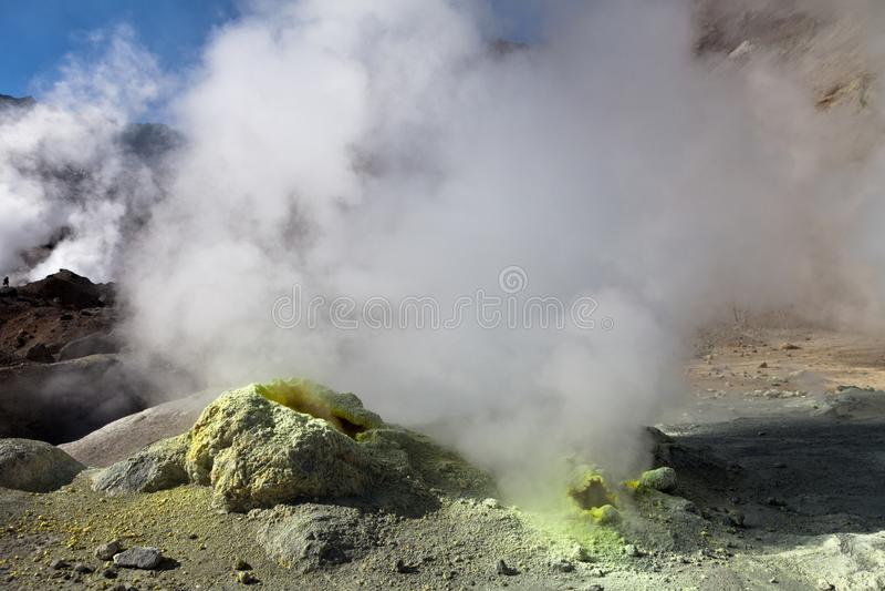 Kamchatka vulkan och fumarole royaltyfri bild
