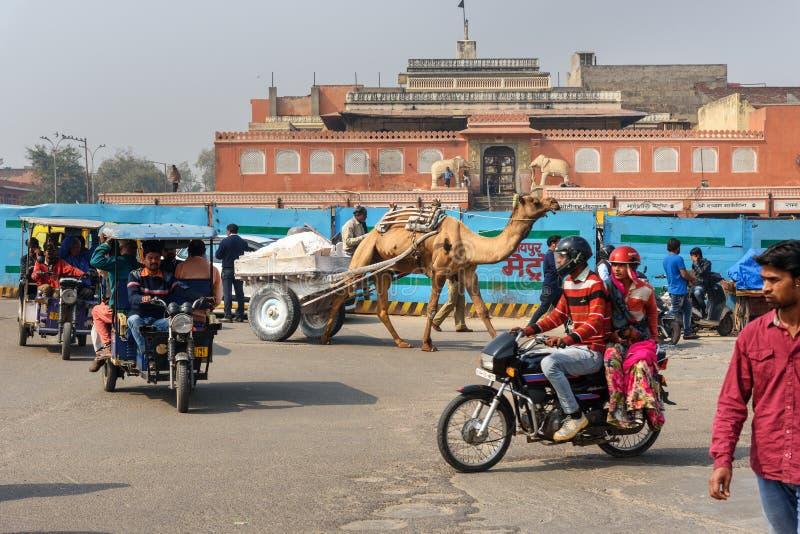 Kameel getrokken kar op stadsweg in Jaipur Rajasthan India stock fotografie