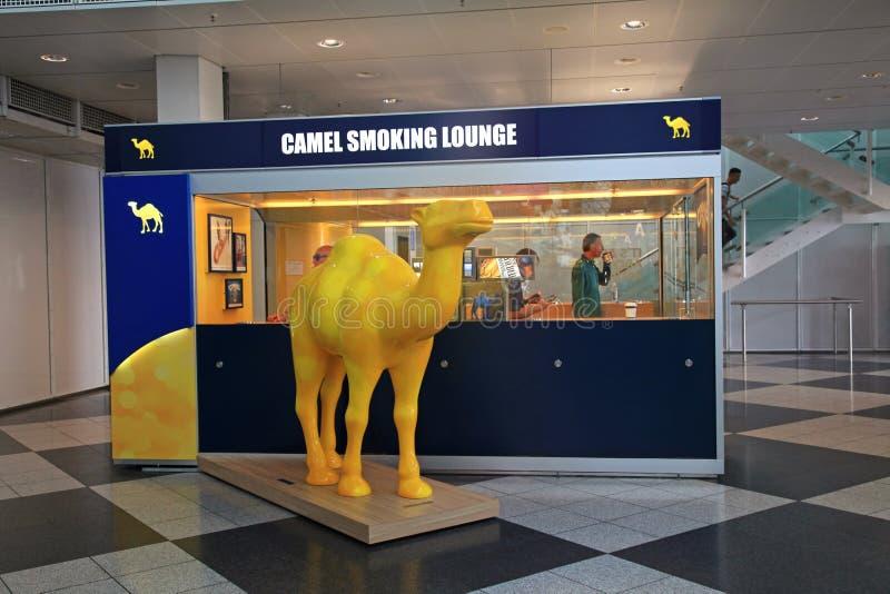 Kamel-Rauchsalon mit Passagieren nach innen in München Internatio stockbild