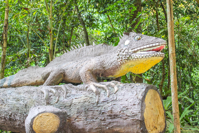 Kameleonstandbeeld in Phlio-watervallen of Namtok Phlio royalty-vrije stock afbeeldingen